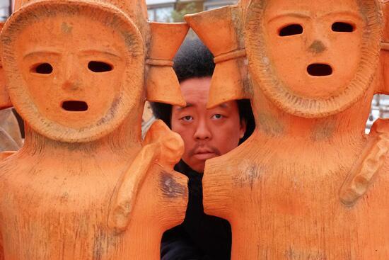 レキシ全国ツアー「レキシツアーもう一度遺跡について考えてみよう」開催。千秋楽は8月20日(水)ハニワの日に日本武道館。ツアーのアーティスト写真を土器メンこと箭内が撮影させていただきました。http://t.co/yOrv8hzBWZ http://t.co/ZR5I9Gnqrw