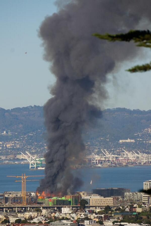 A huge fire near AT&T Park in SF! http://t.co/CSvLkpv3mn