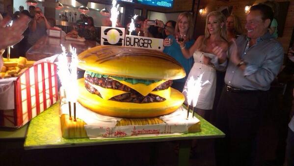 This Burger Cake took the Cake!! #DivasDelAzucar @Tr3s http://t.co/JdGD7CNWsz