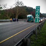 Un solo carril disponible en PR52 de Cayey a Caguas por accidente de camión. Ruta alterna salida Guavate.@tumanana http://t.co/xcxnJ1JZSe