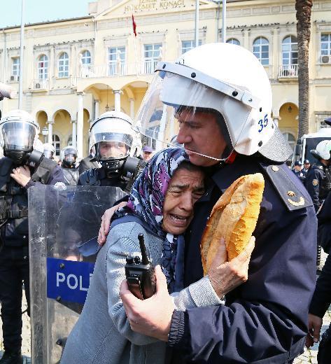 Bugün Türkiye'nin fotoğrafı bu olmalı.Cenazeye saygı ve empati. http://t.co/PMwqCKLgxG