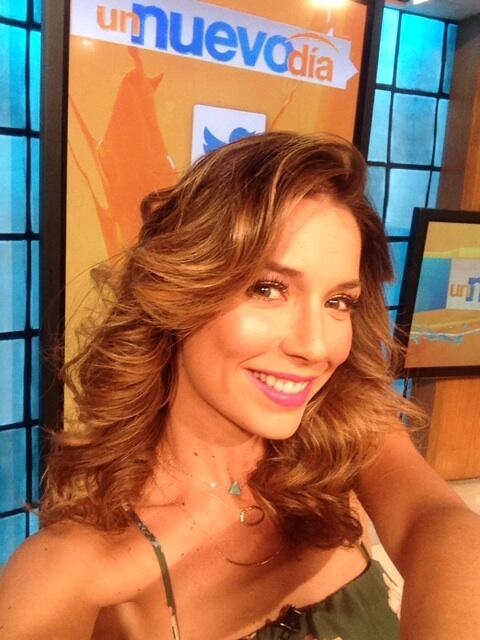 Hola pajaritos!!!!!!! Quien me da el primer RT de hoy para ganarse el saludo en vivo en @UnNuevoDia @Telemundo http://t.co/YQgbw6q2Xe