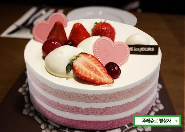 이틀앞으로 다가온 화이트데이! 핑크빛 딸기케이크와 함께 로맨틱한 데이트 어때요? 사진속 케이크 이름을 RT해주시면 선물 가득 뚜레쥬르 이벤트에 응모할 수 있는 행운번호를 드려요! (50명, 3/13발표) http://t.co/Cjo3BSZCP4