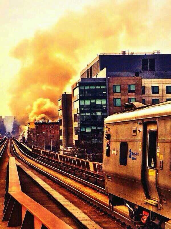 [속보] 뉴욕 맨하탄 시내 건물 대형 폭발. 건물은 완전히 붕괴되고 수십 명의 사람이 매몰된 상태입니다. http://t.co/xVHsL5yzzP