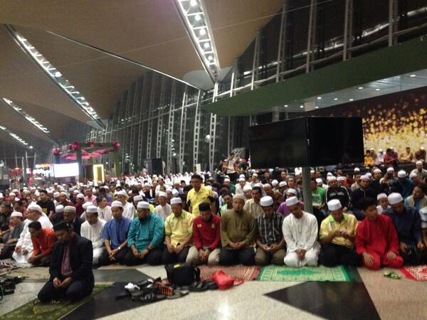 "Wow. ""@jpak25: Muslims come to the Kuala Lumpur airport to prayer for all on #MH370 and their families http://t.co/nDBKtRz0jH"""