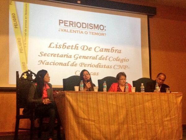 """""""El periodismo se ejerce de pie porque las verdades no pueden decirse de rodillas"""" Lisbeth De Cambra @Periodismo_VT http://t.co/HWAppqYbev"""