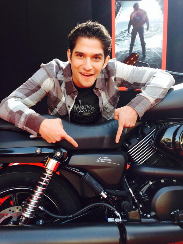.@tylergposey signs an #HDStreet for Concord Theater House @Marvels #CapWorldPremiere. http://t.co/JZTP97SzY0