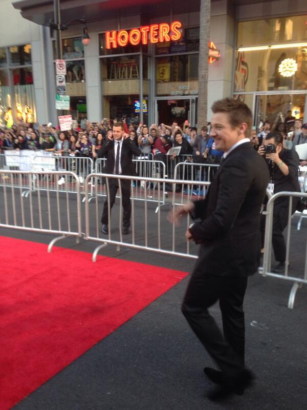 Jeremy Renner photobombed my perfectly good picture if Hooters... #CapWorldPremiere http://t.co/IvXkAxggtw