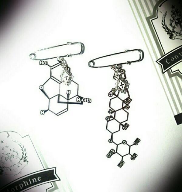 お問い合わせ多数頂いておりました【Radiostar】の毒物の分子図ブローチ、ただいま追加納品頂きました。「モルヒネ」「コントラバトキシン」です。どちらもきらきら輝く妖しい美しさ…。パッケージには毒の特性解説付き/各2300yen http://t.co/yvblhd24Ju