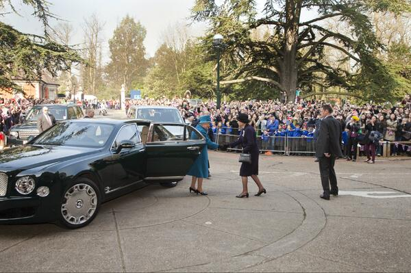 Great to see such a huge crowd to welcome the Queen to Royal Holloway today! http://t.co/2uVmX3brVP