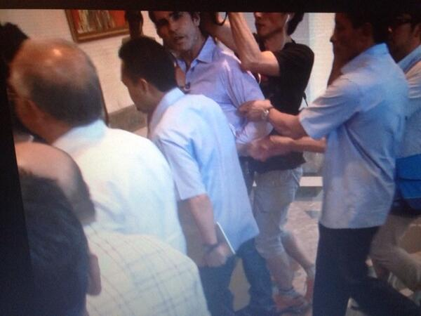 Security!! I try to ask pm a question but security grabbed my arm and pulled me away. @ABC http://t.co/MguJmIY8Rb