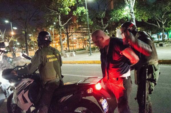 8.- Así detienen en Altamira a Carlos Requena, Chico especial #14M foto tomada por @hsiciliano http://t.co/8GrFL0ScP9