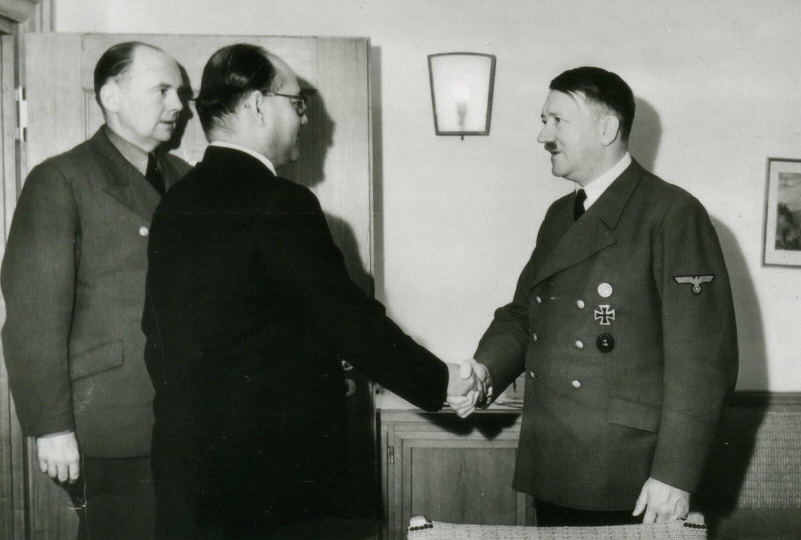 1942 :: Subhas Chandra Bose meets Hitler http://t.co/TQ8deFHNly