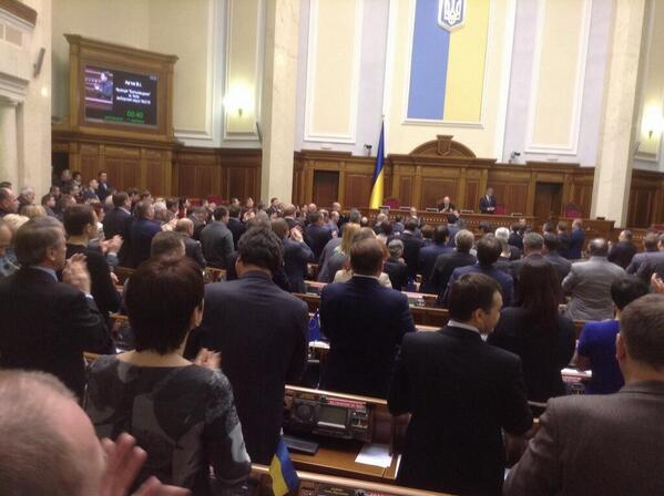 "Очень круто ""@euromaidan: Москвичи, вам стоя аплодируют в Верховной Раде. фото @bryhynets http://t.co/pO80o6TF6q"""