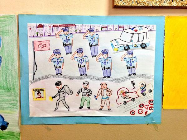 Oy verdiğim okuldan bir çocuk resmi.. Polisler hırsıza uğursuza selam mı durmuş, bana mı öyle geliyor: http://t.co/Mc0hpVIEQU