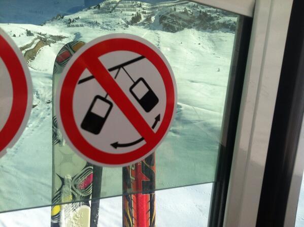 """Betekent dat bord dat je geen GSM's aan elkaar mag knopen en aan de waslijn hangen? """"@femkedenooijer: #facesinplaces http://t.co/wnfiZbNbnQ"""""""