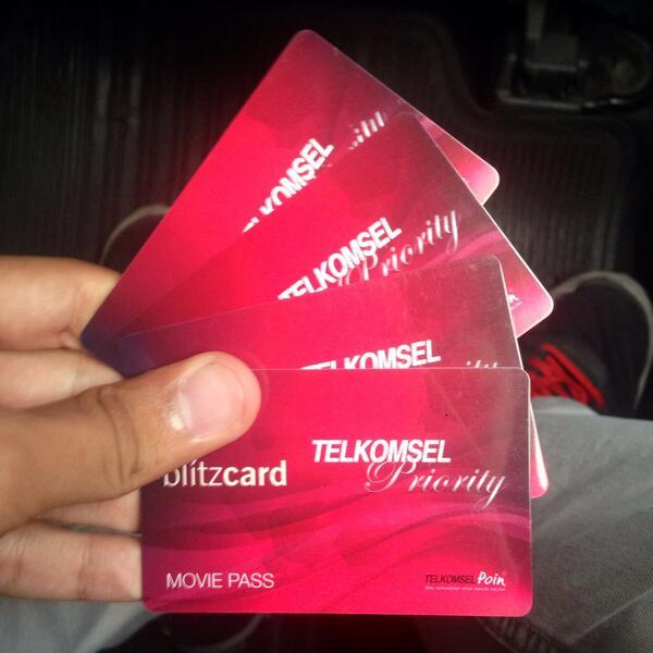 """#iLoveMyPoin! RT @nezniezken: Eh iya thankss @Telkomsel!!!! Priority cardnya pas bgt lg ada film"""" bagus hehehe"""