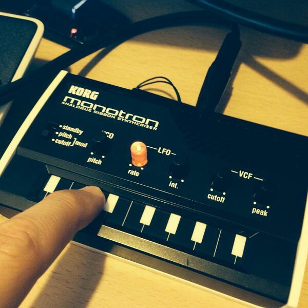 前々から気になってたKORGのアナログシンセ「monotron」を購入。手のひらサイズで可愛いくせに音がヤバ過ぎ。 http://t.co/3cXrcpvx3E