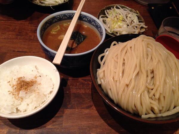 일본와서 처음먹은 츠케멘. 양 진짜 대박 많다....ㄷㄷㄷ 전부 800엔! http://t.co/iysVfAnaWa