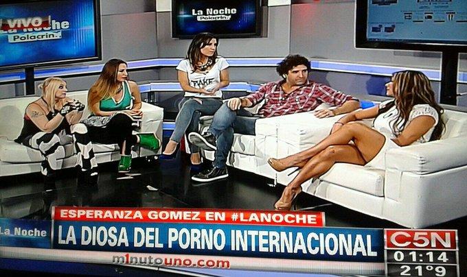 "RT @marianabrey: ""@LaliMancuello: @marianabrey http://t.co/x80imBZDkY""/// Noche de charla Hot. @belufrancese"