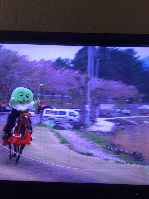 日曜の朝ぼけっとしてたらガチャピンが流鏑馬を見事に決めていた。 http://t.co/YvlgORQrSn