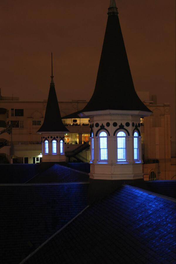 The historic #TwinSpires took on a Big Blue glow Saturday to honor Kentucky's NCAA hoops victory over Louisville. http://t.co/J1lQm2EpXF