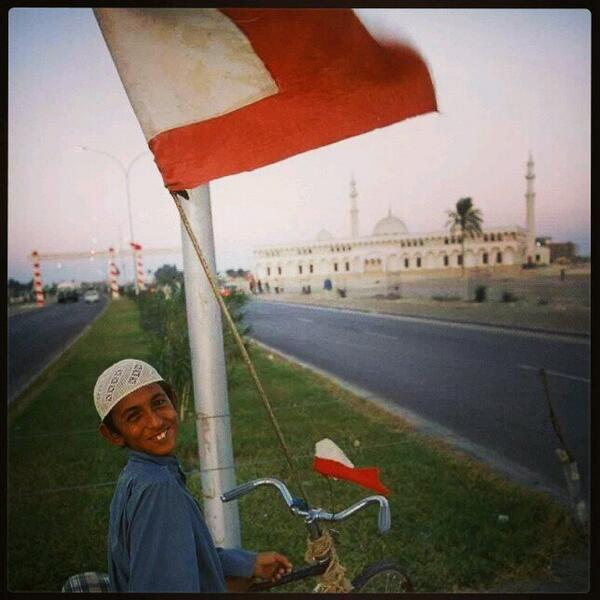This 1971 pic of a boy in #AbuDhabi a day before the formation of the #UAE with the Abu Dhabi flag always inspires me http://t.co/cImOXy60QY