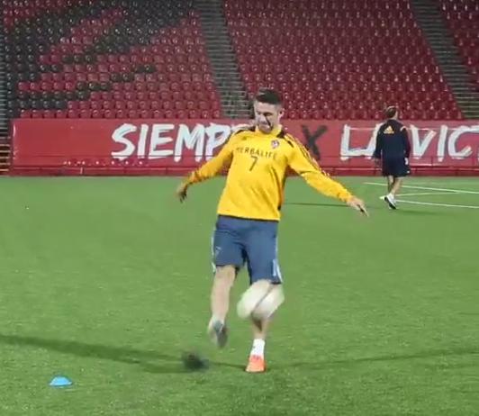 BjCJU9XCQAInLyG How?! Robbie Keane lands trick shot into a shopping trolley at LA Galaxy training [Video]