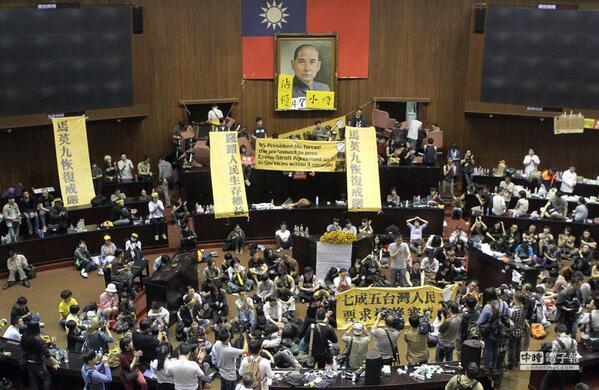 台湾で学生たちが国会を18日夜から占拠中!馬英九政権が台中間の更なる市場開放のため推進するサービス貿易協定の撤回を要求している。台湾人意識が強い今日の若者たちは国民党の媚中売国に黙っていない!頑張れ! http://t.co/4RLx9YuviI