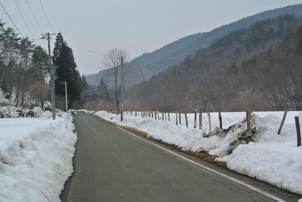 除染は効果が無い証拠1)3月11日に飯舘村に戻ったが、写真の如く寒さで雪が解けず一面分厚い雪景色。恒例の放射能測定をしたところ屋内で0.63μSv/h(高さ1M)で11月の1.12の半分程度でびっくり。 http://t.co/ODX0KkeYd4