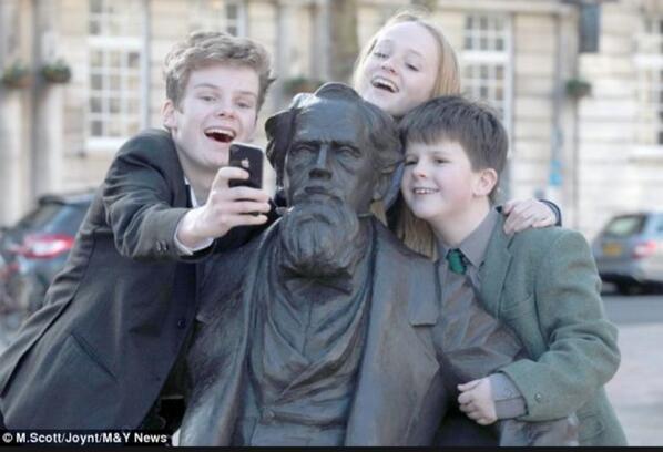 en edebi selfie. charles dickens'ın torunlarının torunlarının torunları, yazarla beraber 202. doğumgününü kutluyor http://t.co/r7kNf81hiY