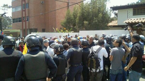 Cordón policial impide paso de manifestantes a la Fiscalía #Carabobo #19M 11:12am - vía @krisrodrig http://t.co/RSYZU5BmWD