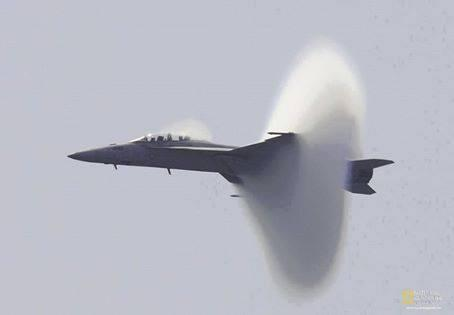 Photo captured at the exact moment when this aircraft broke the sound barrier. http://t.co/sP6FvKJzOl