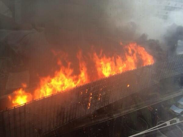 渋谷で高速の大火事で、都心は大渋滞!渋谷に行く方は電車が良いと思います! 僕もタクシーおりて電車なぅ! http://t.co/MyxrOjLUee