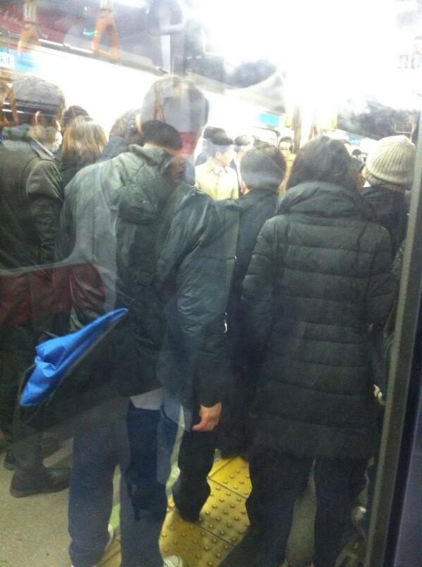 うわ!自分のいる車両に人が挟まったんだ。向かいの京浜東北線のお客さんが降りてこの車両を皆で押して傾けて脱出させたみたい。AED!!の声が!!救急車のサイレンも。 http://t.co/tSi7m6lOfP
