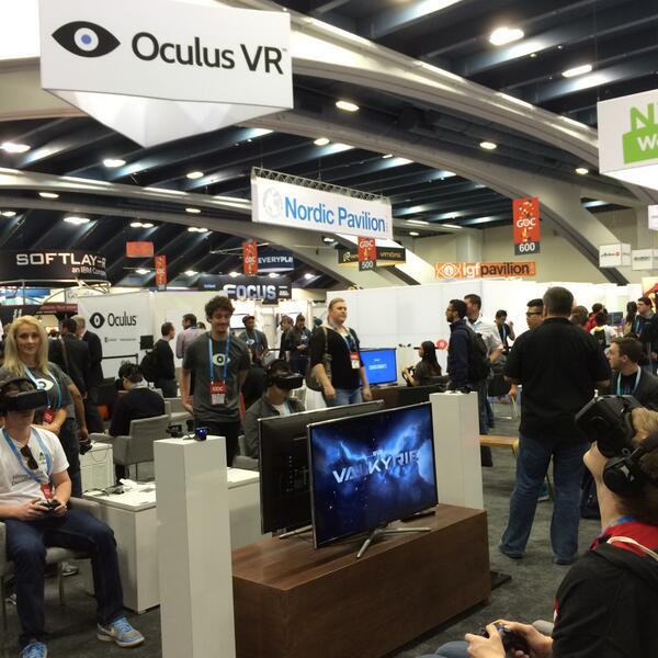 大名鼎鼎的Oculus VR 眼镜。今年7月上市,350美元。我正在排队体验。 http://t.co/avgdnbNFbm