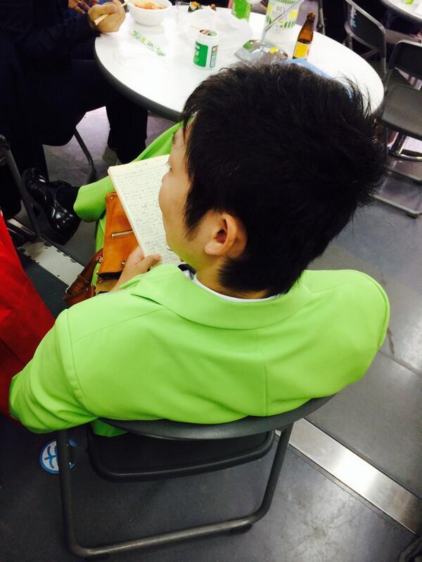 沖縄国際映画祭の楽しい楽屋で、1人黙々とネタを書くノンスタの石田。 モンスター。 http://t.co/Qm1rEZfwKq