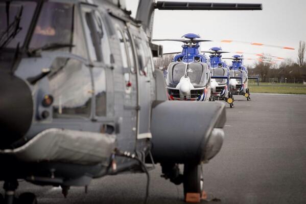 Strak in het gelid heli's #politie en #defensie op Valkenburg #NSS2014 #luchtmacht http://t.co/RV445bb0by