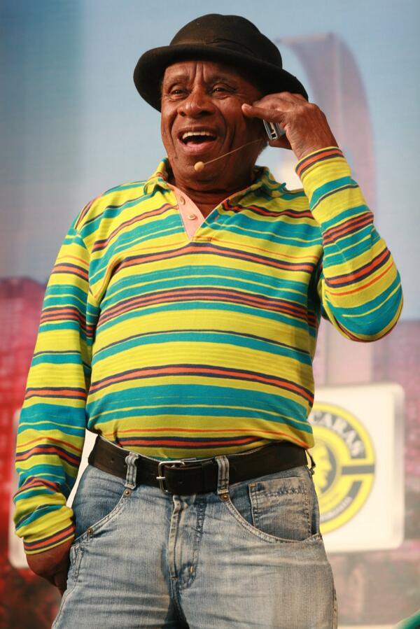 """Morreu hoje, aos 86 anos, o humorista Canarinho, do programa """"A praça é nossa"""". http://t.co/0VaQtnScem"""