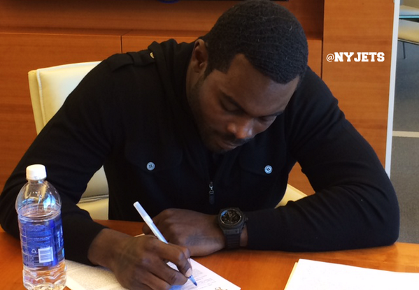 It's official. We've signed QB Michael Vick.  MORE: http://t.co/GgNm05Zqmz http://t.co/6oPKsIrFXl