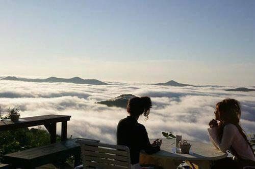 There's a resort in Japan located on a mountain peak from where you can see a sea of clouds floating below you. http://t.co/RLNQ5ZCqiU