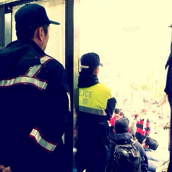 我前面的警察很可愛,他ㄧ直墊腳、不安的東張西望,旁邊的警察問他在找什麼,他說在找女兒,他女兒已經來好幾天了。(via Mia Ho ) #gjtaiwan by @gjt... http://t.co/Xmciuo0adM http://t.co/JI9PossWb5