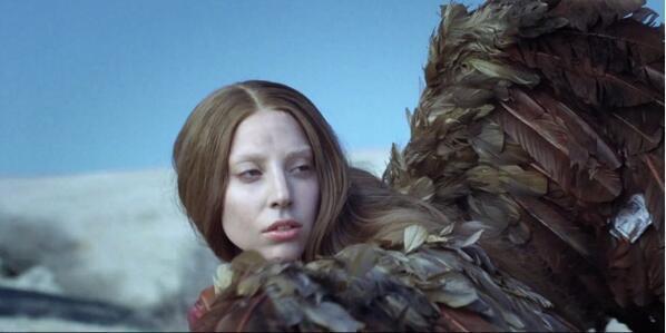 Con una bofetada a quienes la traicionaron y usaron por dinero comienza Lady Gaga su nuevo vídeo 'G.U.Y.' - http://t.co/NnU7hEXnbZ