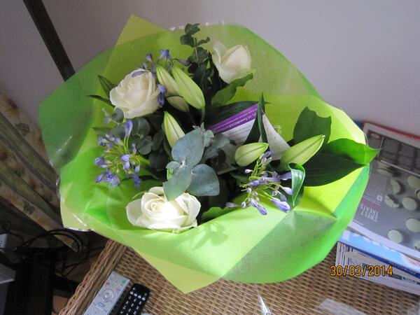 Please RT if you think the £55 bunch I ordered for my Mum from @flowersdirect are a joke for the price.And a day late http://t.co/bABbuTDvsf