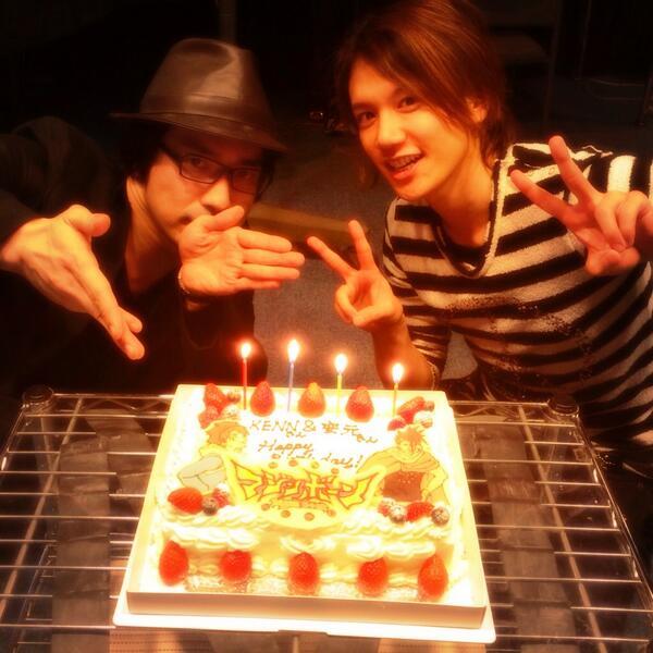 ♪KENN♪誕生日迎えました!!32才KENNこれからもよろしくお願いします!!写真は安元さんと!マジンボーンの現場で合