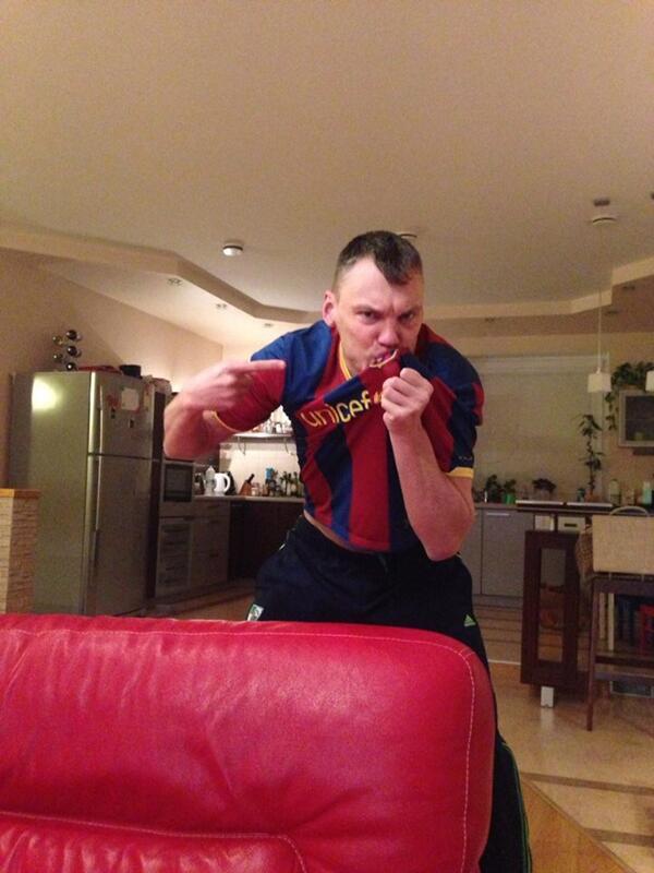 """Gran Saras!!! """"@bczalgiris: #ElClasico doesnt leave anyone offside:) Saras #Jasikevicius enjoys football  http://t.co/fRwBVTqfoi"""""""