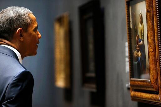 Mooie foto op de flickr van @MinPres: Obama bekijkt het melkmeisje van Johannes Vermeer. http://t.co/chH3g8KW5M