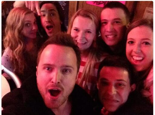 Breaking Bad's Aaron Paul invites all of Pittsburgh to have a drink with him, selfies ensue. http://t.co/YOiCW6pkz7 http://t.co/Jh6Ia8WJjL