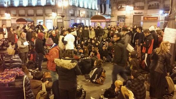 De nuevo el miedo se esfuma, la gente sigue en Sol a pesar del ejército UIP #DignidadSol #AcampadaDignidad http://t.co/KG37wnfWTq