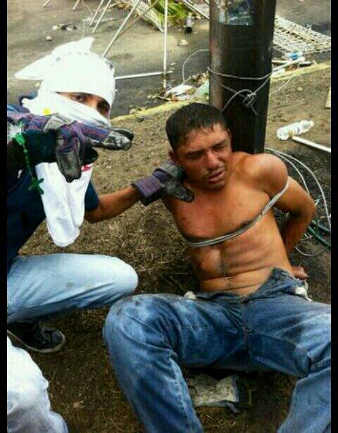 """(VÍDEO) """"Sociedad civil"""" amarra con guayas a hombre en guarimba de Los Mangos, Ciudad Guayana http://t.co/l8riBCeKyg http://t.co/sFVkanWDe0"""